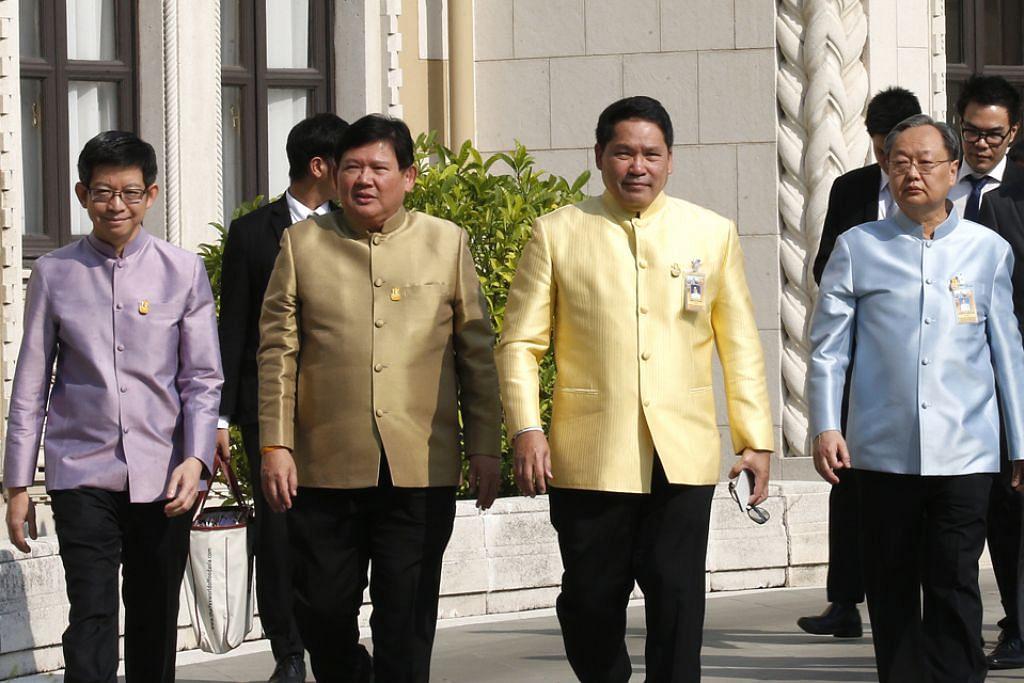 BAKAL BERTANDING: (Dari kiri) Dr Kobsak Pootrakool, Dr Suvit Maesincee, Dr Uttama Savanayana dan Encik Sontirat Sontijirawong meletak jawatan kabinet bagi menyertai parti projunta Palang Pracharath dalam pilihan raya Mac. - Foto EPA-EFE