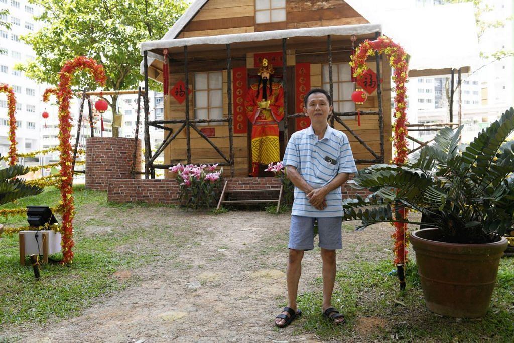 KABIN TAHUN BARU CINA: Encik Tan mengubah kabin yang sebelum ini bertemakan Krismas dan kini menghiasnya berdasarkan tema Tahun Baru Cina. - Foto BH oleh SAHIBA CHAWDHARY