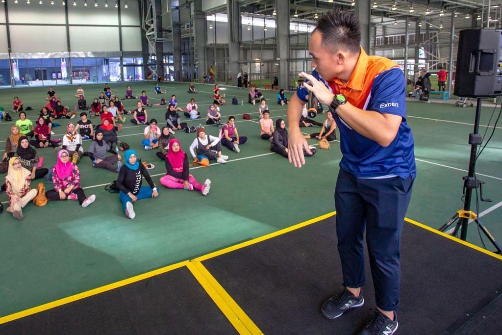 SELEPAS BERSENAM: Pakar fisiologi sukan, Encik Aw Boon Wei memberi taklimat kepada peserta zumba mengenai cara memulihkan badan selepas bersenam. - Foto BH oleh ZALEHA ABDUL KADER