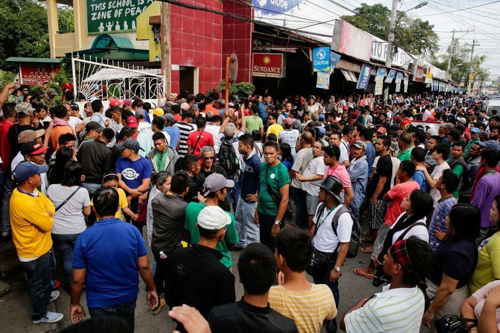 DAPAT KUASA PENUH: Penduduk berkumpul semasa pungutan suara undang-undang Bangsamoro di sebuah pusat mengundi di Cotabato pada 21 Januari. Undang-undang itu bertujuan memberi Muslim di selatan Filipina kuasa penuh ke atas rantau berautonomi itu, termasuk memilih parlimen dan pentadbiran sendiri. - Foto EPA-EFE