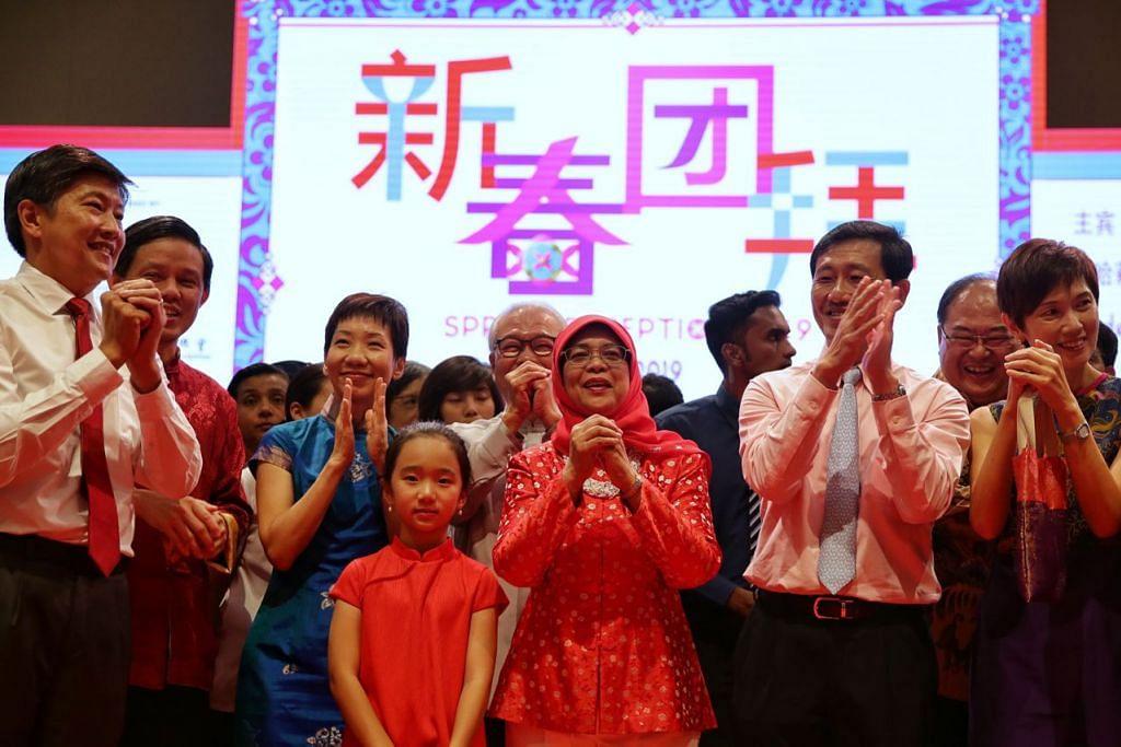 RAI BERSAMA: Presiden Halimah Yacob (barisan hadapan, tiga dari kanan) merupakan tetamu terhormat di majlis sambutan Tahun Baru Cina di Pusat Kebudayaan Cina Singapura (SCCC), yang turut dihadiri beberapa anggota Kabinet, wakil persatuan suku kaum Cina, serta wakil masyarakat lain. - Foto BH oleh KEVIN LIM
