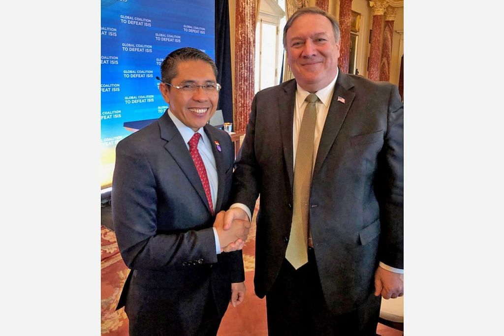 PERTEMUAN PERIKATAN: Dr Maliki (kiri) berjabat tangan dengan Setiausaha Negara Amerika, Encik Mike Pompeo, semasa di pertemuan para menteri perikatan global bagi menghapuskan ISIS di Washington kelmarin. - Foto MFA