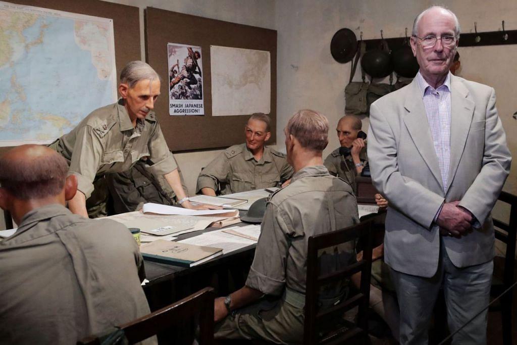 LAWAT BATTLEBOX: Brigedier (Bersara) James Percival (kanan) melawat Battlebox di Fort Canning Hill dan bergambar dengan patung pegawai-pegawai tentera termasuk bapanya, Leftenan Jeneral Arthur Ernest Percival (membongkok), Komander Pasukan Bersekutu yang mempertahankan Malaya dan Singapura. - Foto BH oleh KELVIN CHNG