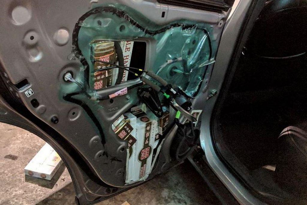 TEMPAT SOROK: Pintu kereta diubah suai agar dapat menyembunyikan peket rokok dalam percubaan menyeludup masuk rokok kontraban dari Malaysia ke Singapura.  - Foto KASTAM SINGAPURA