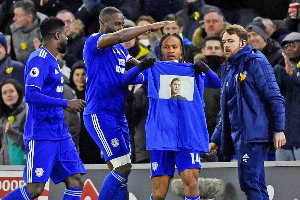 PENGHORMATAN: Pemain Cardiff memberi penghormatan kepada Sala yang tidak pernah beraksi untuk kelab itu selepas bersetuju menyertai mereka bulan lalu, ketika perlawanan menentang Bournemouth minggu lalu. - Foto REUTERS