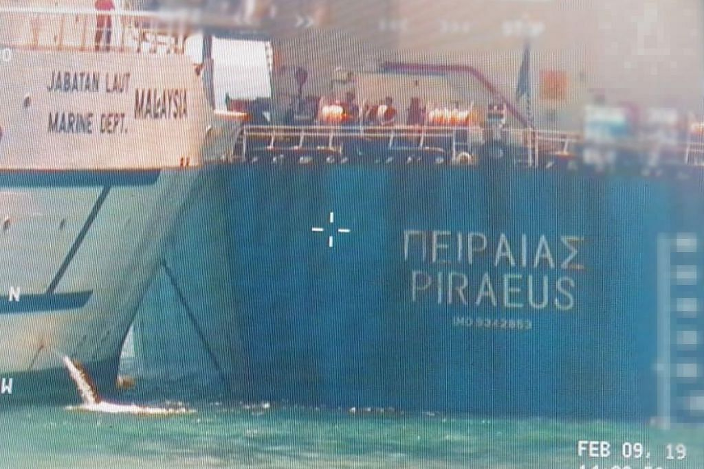 Kapal pengangkut pukal berdaftar Greece, Piraeus, dalam perjalanan dari Singapura ke pelabuhan seterusnya di Tanjung Pelepas, Malaysia, apabila perlanggaran itu berlaku pada 2.28 petang tadi (9 Feb).