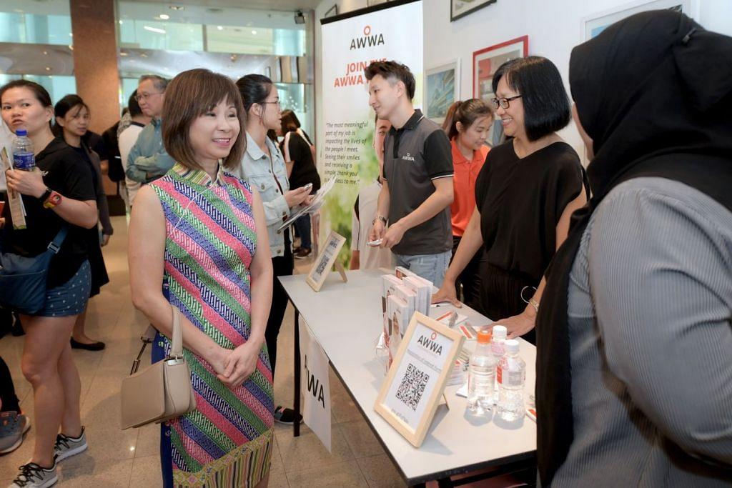 KUNJUNGI PREVIU KERJAYA: Dr Amy Khor (kiri), yang mengunjungi pameran previu kerjaya di Institut Teknologi Singapura (SIT) semalam, berkata karyawan kesihatan bersekutu seperti ahli fisioterapi memainkan peranan penting dalam perkhidmatan jagaan kesihatan dan sektor jagaan masyarakat sedang penduduk menua dan kes penyakit kronik semakan meningkat. – Foto BH oleh NG SOR LUAN