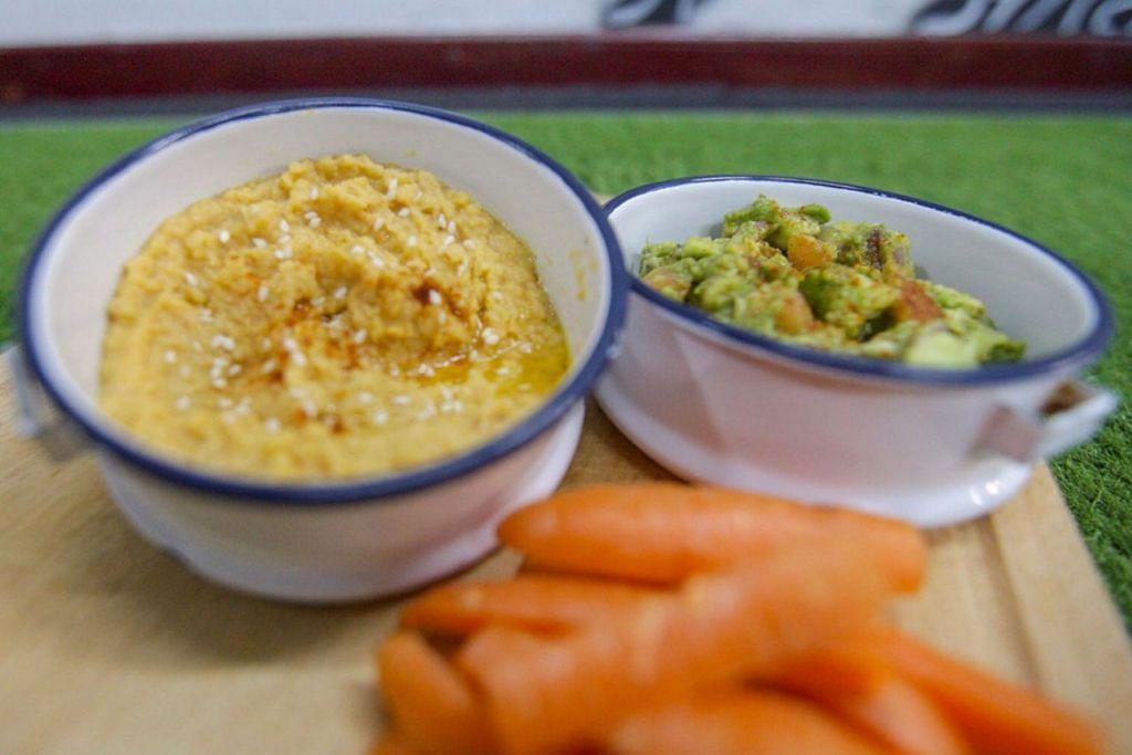 KUDAPAN SIHAT: Guacamole (kanan) dan humus (kiri) mudah disediakan. - Foto BH oleh IQBAL FAIZAL