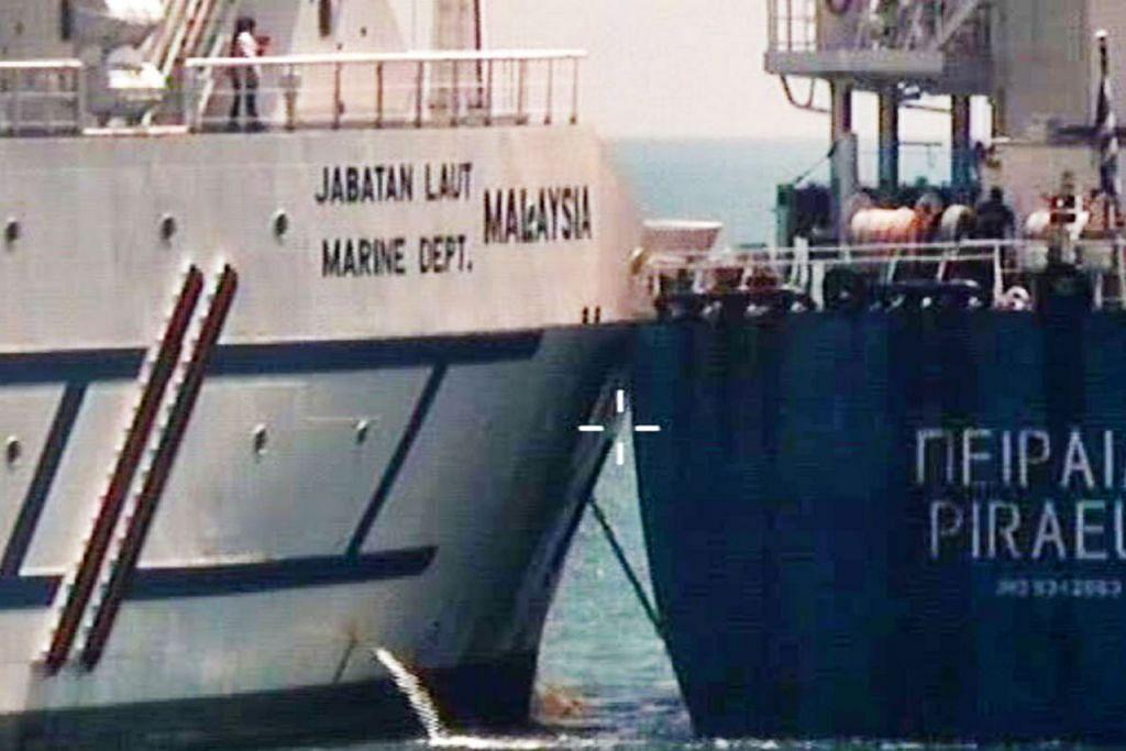 PERLANGGARAN: Singapura menggesa Malaysia supaya menarik balik kapalnya dari perairan negara ini berdekatan Tuas menyusuli kejadian pelanggaran kapal pengangkut pukal MV Pireas dan kapal kerajaan Malaysia, Polaris, di situ kelmarin. - Foto SPF