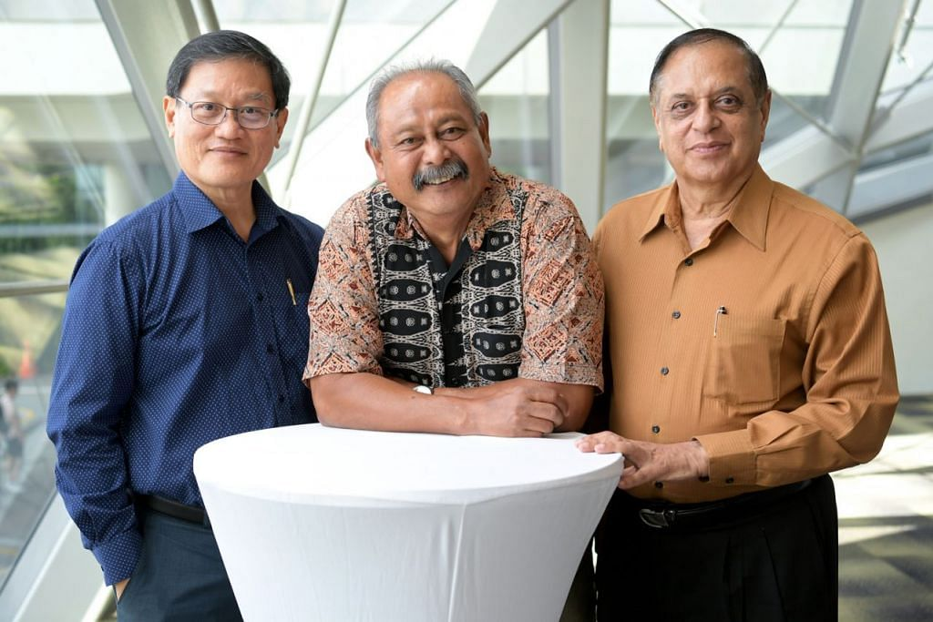 SUMBANGAN GENERASI MERDEKA DIRAIKAN: (Dari kiri) Encik Eric Wong, Encik Mohamed Salleh Ali dan Encik Nijinder Sharma, 68 tahun, merupakan antara 200 hadirin daripada Generasi Merdeka yang diraikan di sebuah Acara Penghargaan pada 2 Februari lalu. - Foto BH oleh NG SOR LUAN