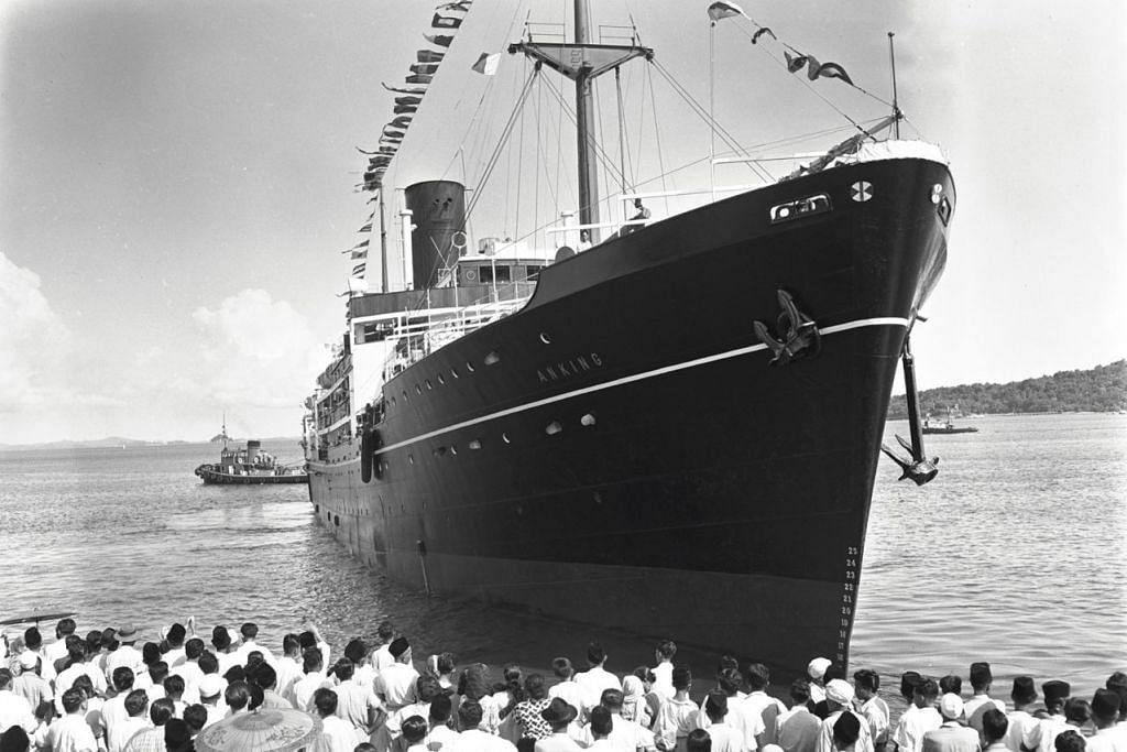 UCAP SELAMAT: Keluarga-keluarga para jemaah haji menghantar jemaah berlepas dari Singapura dalam foto yang diambil pada 1954. - Foto ARKIB NEGARA