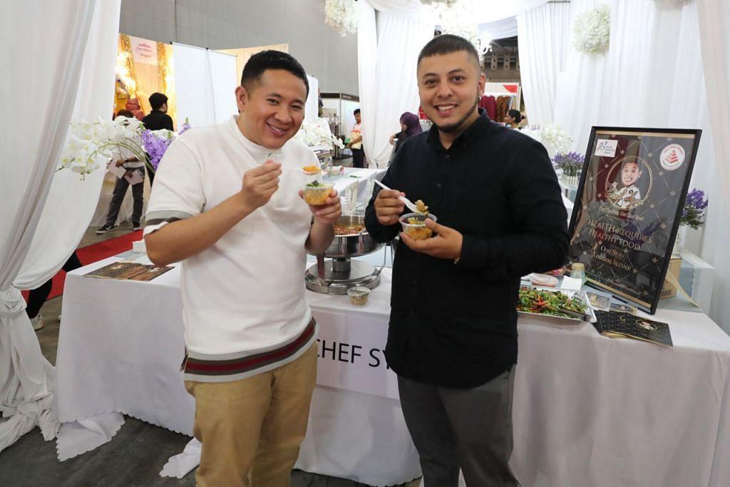 SAMBUTAN MEMBERANGSANGKAN: Encik Amrin Amin (kiri) menyambut baik usaha syarikat katering seperti yang dikelolakan Cef Syed Shah (kanan) dalam menawarkan menu lebih sihat bagi majlis walimah. - Foto BH oleh JONATHAN CHOO