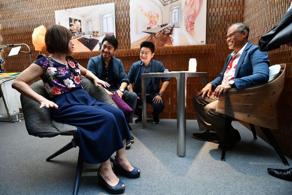 PERABOT DIPERBUAT DARIPADA SAMPAH: Menteri Negara Kanan (Sekitaran dan Sumber Air merangkap Kesihatan), Dr Amy Khor (kiri); dan Menteri Sekitaran dan Sumber Air, Encik Masagos Zulkifli Masagos Mohamad (kanan) duduk di atas kerusi yang dihasilkan daripada sampah yang dikitar semula. Mereka ditemani Encik Huang (dua dari kiri), dan Encik Tan Szue Hann, (dua dari kanan), Pengarah Urusan Miniwiz Pte Ltd sewaktu pelancaran Tahun Menuju Arah Tiada Pembaziran di Our Tampines Hub, baru-baru ini. - Foto BH oleh LIM YAOHUI