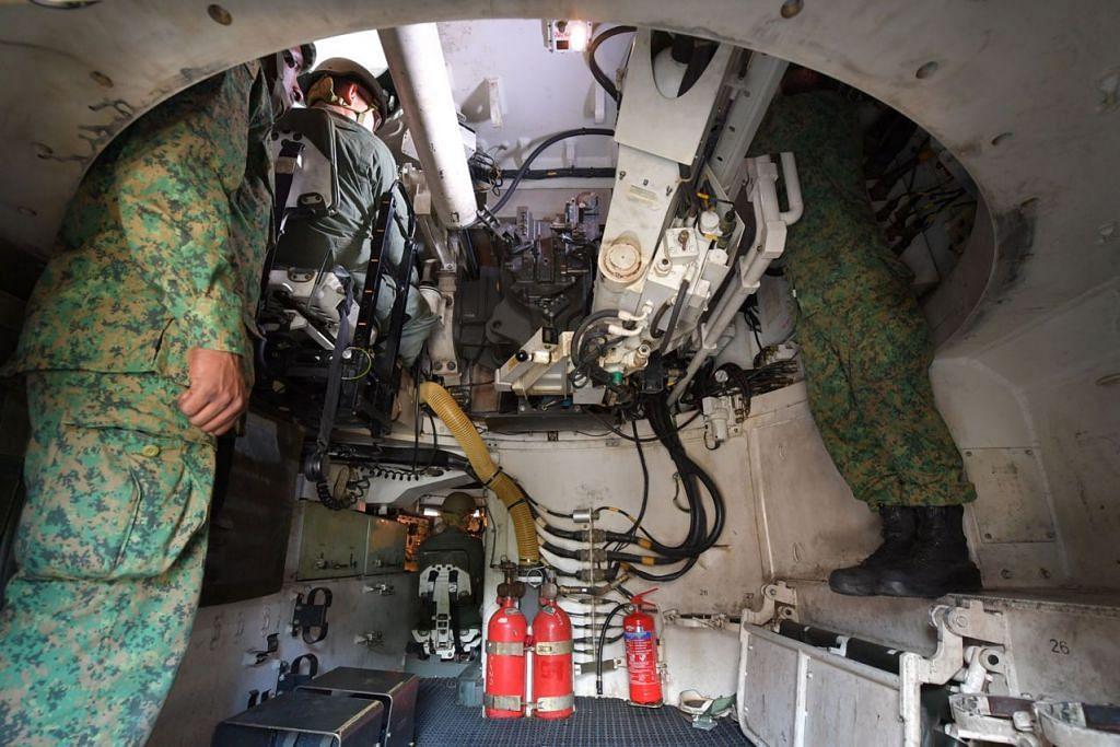 BERI GAMBARAN: Begini keadaan di dalam Meriam Howitzer Gerak-Sendiri Singapura (SSPH). - Foto MINDEF