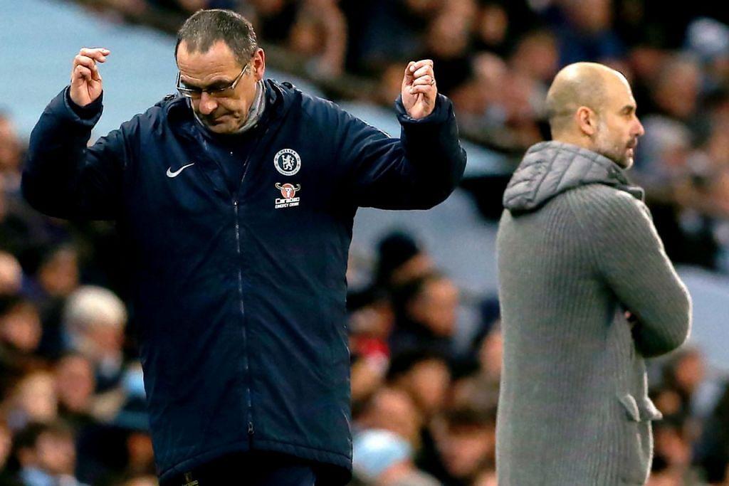 APA DAH JADI: Pengurus Chelsea, Maurizio Sarri (kiri), seolah-olah melahirkan kehampaan di atas persembahan pasukannya sementara pengurus Manchester City, Pep Guardiola, menyaksikan pasukannya membaham pasukan lawan. - Foto EPA-EFE