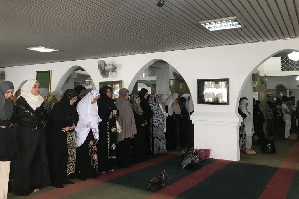 Solat jenazah untuk Allahyarhamha Asmah Laili di Masjid Ba'alwie.