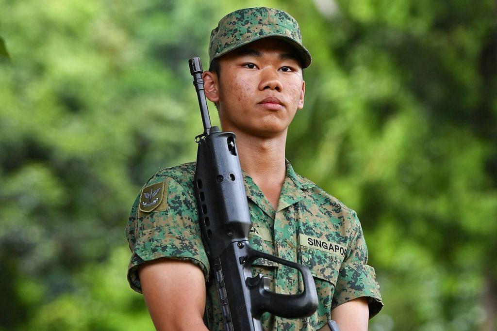 SEDIA PERTAHAN NEGARA: Rekrut (REC) Mohamad Haziq Ruzaiman yang berkhidmat di bawah Institut Latihan Komando Angkatan Bersenjata Singapura (SAF) bersemangat ingin mempertahan negara ini daripada segala ancaman keselamatan. - Foto BM oleh CHONG JUN LIANG