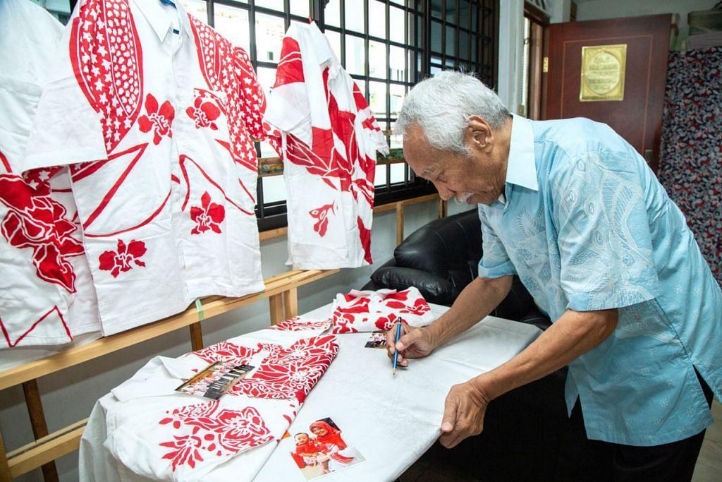 SYUKUR KARYA DIHARGAI: Encik Sarkasi menunjukkan baju-baju bercorak flora dan fauna sebagai contoh batik tulis yang beliau telah hasilkan. - Foto BH oleh ZALEHA ABDUL KADER