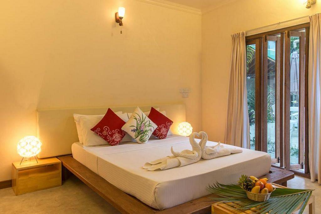 TEMPAT TINGGAL: Bersih dan selesa, ia ibarat chalet dan tandasnya pula menggunakan konsep bumbung terbuka. - Foto BOOKING.COM