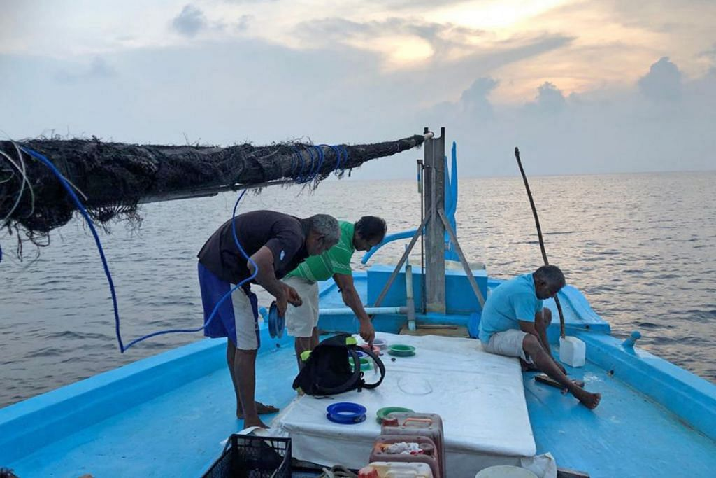 PANCING IKAN: Diiringi pemandangan matahari terbenam, kami dibimbing tiga warga Maldives yang membawa kami memancing di Lautan India. - Foto BH oleh NUR HUMAIRA SAJAT