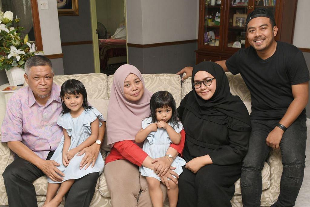 HARGAI MANFAAT: Encik Zulkeplee Mustafa (paling kiri) menghargai manfaat di bawah Pakej Generasi Merdeka. Pakej itu bertujuan memberi ketenangan kepada Encik Zulkeplee dan keluarganya sedang beliau meniti usia lanjut. Encik Zulkeplee bergambar bersama keluarga termasuk (dari kiri) cucu Layka Alyka, isteri Cik Mahani Abdullah, seorang lagi cucu Sharmeen Arissa, anak Nur Shereen Zulkeplee serta menantu Abdul Rahman Abdul Kadir. - Foto BH oleh SAHIBA CHAWDHARY