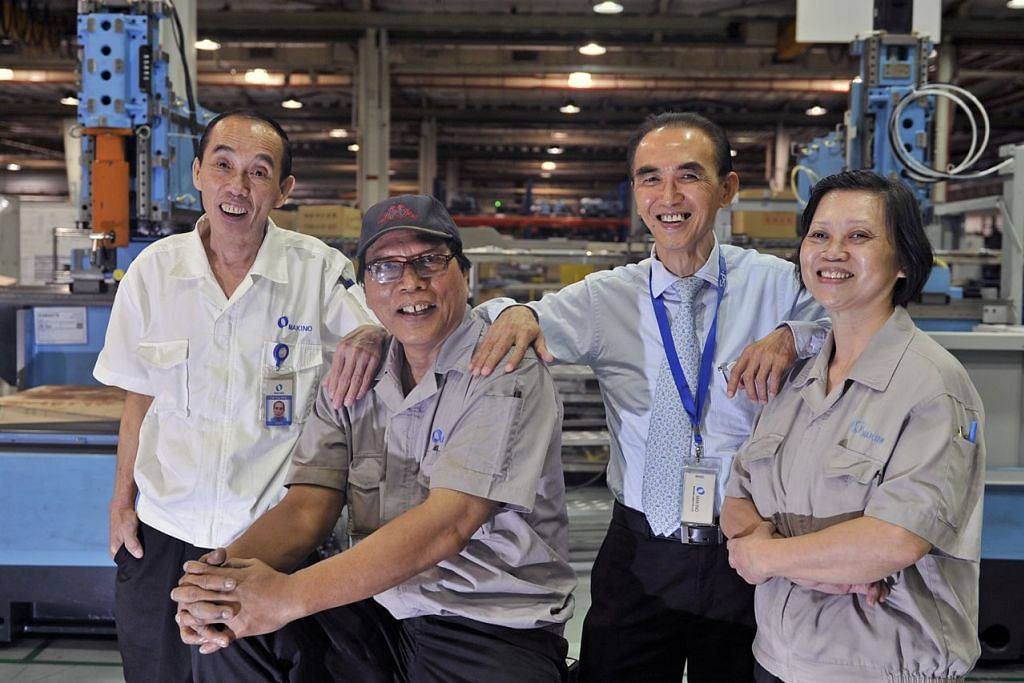 DAPAT TOKOKAN CPF: Sekitar 300,000 rakyat Singapura berusia 50 hingga 64 tahun pada tahun ini yang layak akan menerima tokokan Tabung Simpanan Pekerja (CPF) sehingga $1,000. - Foto fail