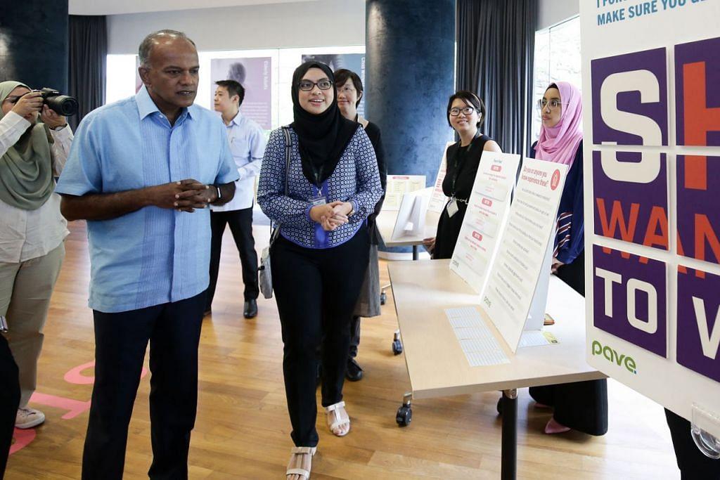 PERLU TINGKATKAN KESEDARAN: Menteri Ehwal Dalam Negeri merangkap Undang-undang, Encik K Shanmugam (kiri) melihat pameran semasa Minggu Kesedaran Keganasan Dating (DVAW) di Treetop@SCAPE semalam. Bersama beliau ialah pekerja sosial kanan Pave, Cik Adisti Jalani (bertudung hitam). - Foto CMG