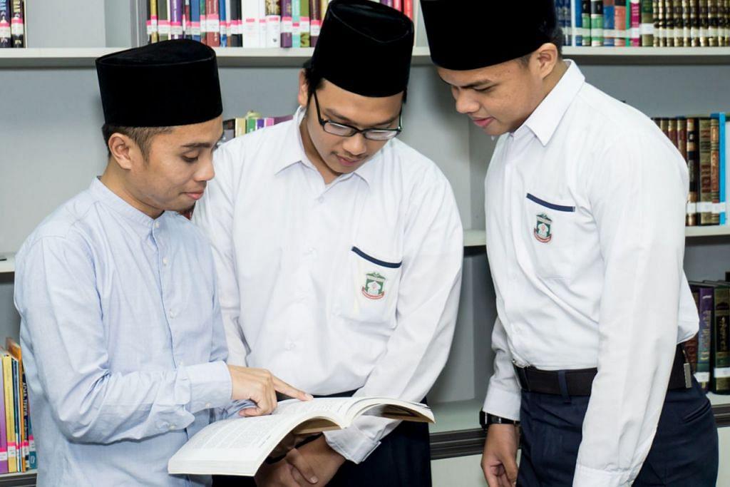 DIDIK GENERASI ASATIZAH SETERUSNYA: Pegawai Pergas Ustaz Muhammad Shibly Saptu (kiri) mendekati pelajar prauniversiti Madrasah Aljunied Al-Islamiah Mohammad Rasul Elias (kanan) dan Muhammad Khuzaimah Mohammad Ridzwan. Dua remaja itu peserta Perhimpunan Asatizah Muda (YAA) kendalian Pergas, yang antara lain bertujuan memupuk kemahiran golongan asatizah muda yang bakal mencorak arus dakwah di Singapura. Mohammad Rasul dan Muhammad Khuzaimah misalnya meraih peluang berkhidmat kepada masyarakat Islam sebagai imam dan bilal solat tarawih di Masjid Sallim Mattar Ramadan lalu. - Foto BH oleh NUR DIYANA TAHA