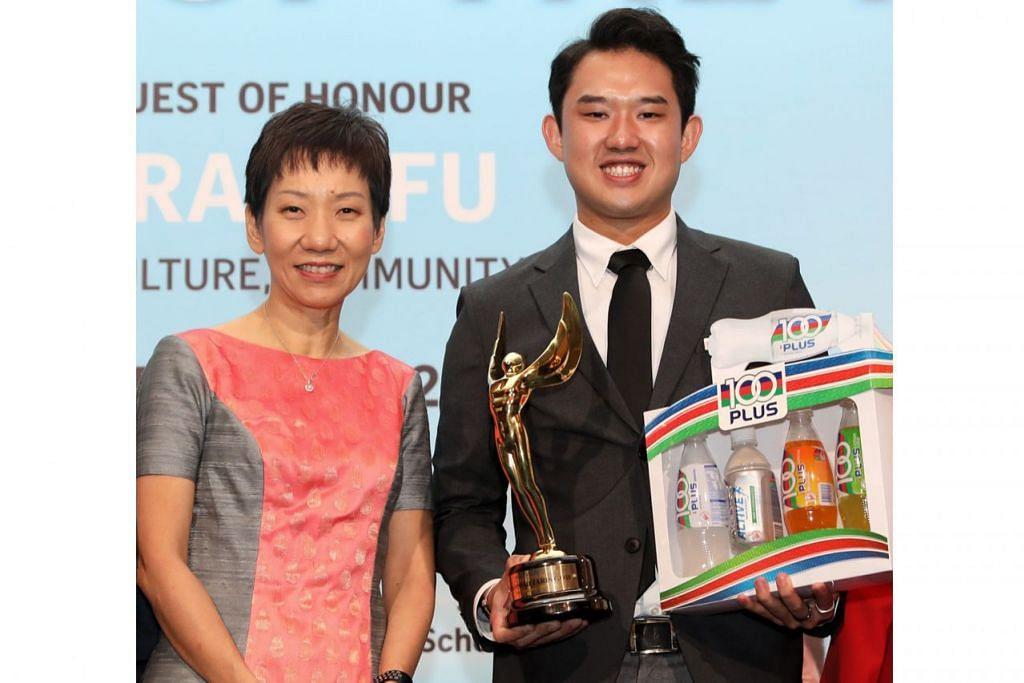 ATLIT TERBAIK: Jaris (kanan) yang dinobat sebagai Atlit Terbaik The Straits Times (ST) 2018, menerima anugerah tersebut daripada Cik Fu dalam majlis penyampaian anugerah di Hotel Shangri-La semalam. - Foto BH oleh GAVIN FOO