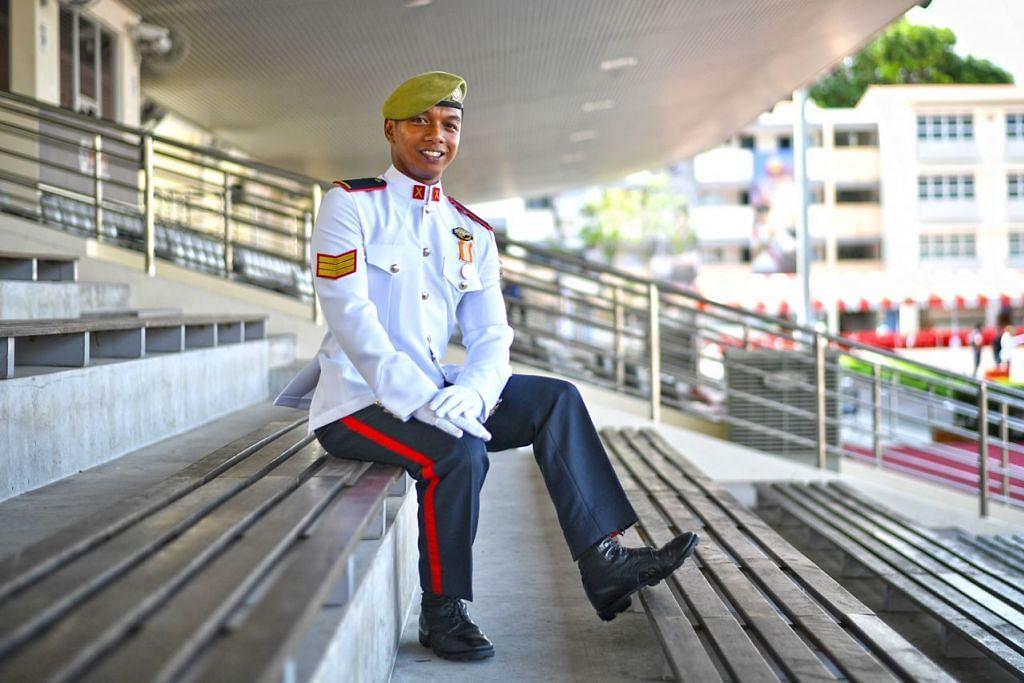 MENDAPAT PENGIKTIRAFAN: Pakar Kadet Haireen dianugerakan dengan Bayonet Emas kerana merupakan yang terbaik dalam kursus infantri beliau di Perbarisan Tamat Kursus Kadet Pakar ke 38 di Kem Pasir Laba. - Foto BH oleh ARIFFIN JAMAR