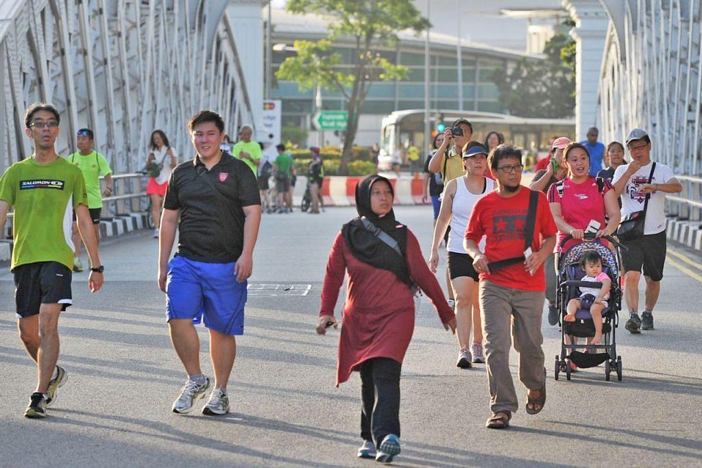 DEMI KESIHATAN: Berjalan kaki selama 30 minit dalam sehari, lima kali dalam seminggu, boleh meningkatkan tahap kesihatan terutama di kalangan warga emas.- Foto fail