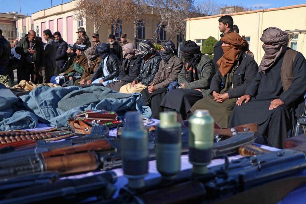 PILIH DAMAI: Sekumpulan 10 bekas militan Taleban menyerahkan senjata mereka di Herat pada 6 Februari dan menyertai proses damai. Di bawah pengampunan yang dilancarkan oleh mantan presiden Afghanistan Hamid Karzai dan disokong Amerika pada November 2004, ratusan militan antipemerintah telah menyerah diri. - Foto EPA-EFE