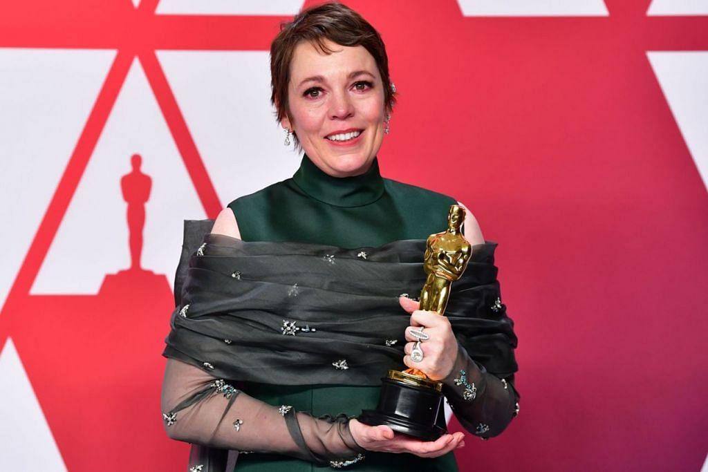 TIDAK SANGKA KALAHKAN IDOLA: Olivia Colman tidak menduga Anugerah Pelakon Wanita Terbaik menjadi miliknya memandangkan beliau bersaing dengan legenda hebat Glenn Close yang menjadi pelakon pujaannya. - Foto AFP
