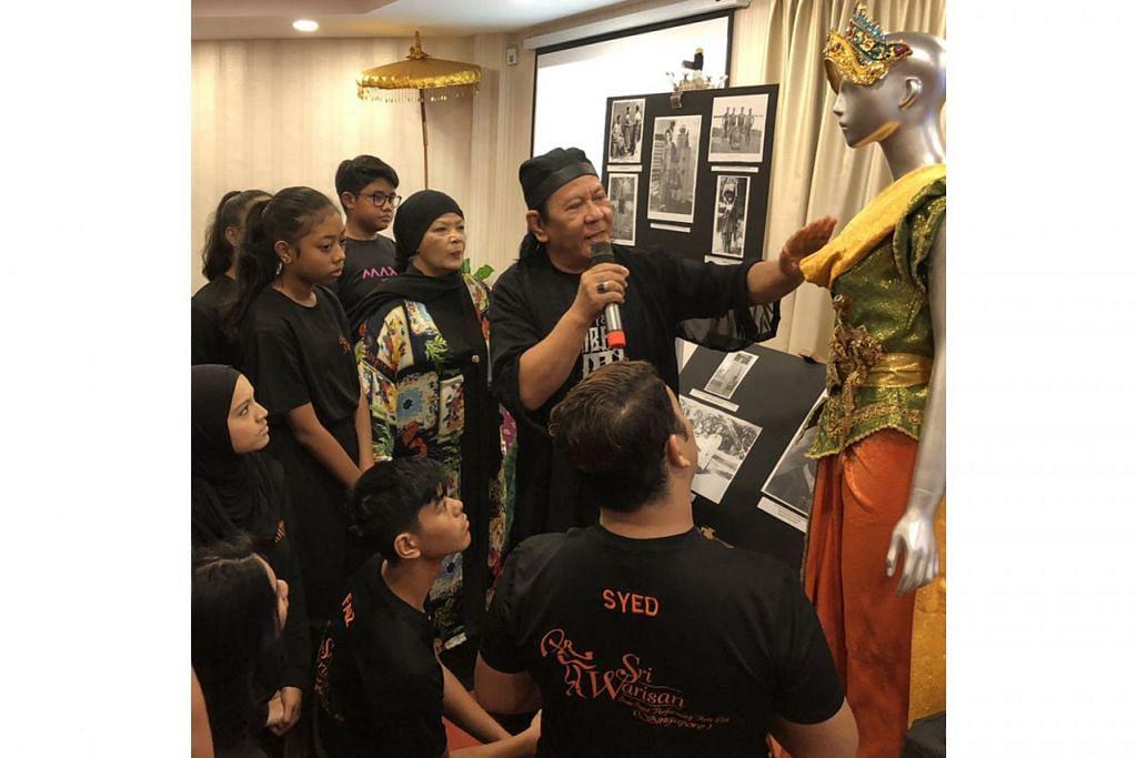 MENAMBAH ILMU: Encik Mahmood Ibrahim (memegang mikrofon), maestro tarian Melayu dan koreografer mapan dari Malaysia, berkongsi ilmu bersama penari Sri Warisan, kepunyaan Cik Som Said (di sebelah Encik Mahmood). - Foto NUR DIYANA TAHA