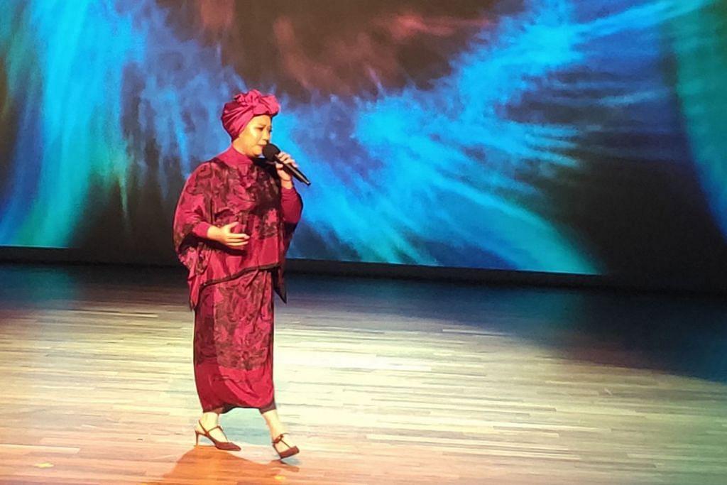 NIKMATI SUARA MERDUNYA: Fathin Amira antara bakat tempatan yang membawa ramai menyusuri jalan kenangan di acara 'Evolusi Muzika'. – Foto BH oleh SITI NURASHIKA MOHD ALI
