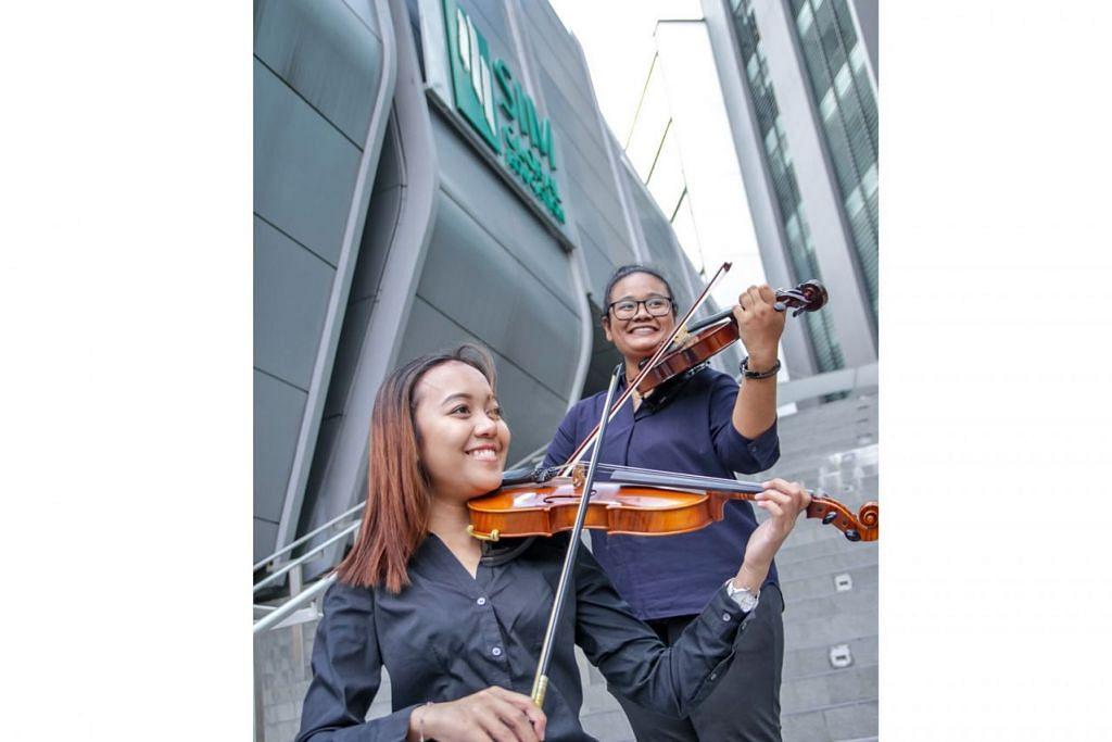 MUZIK KLASIK DEKAT DI HATI: Cik Nur Raeesah Abdul Malik (kiri) dan Cik Humaira Jasni menganggotai Kelab Ensembel Alat Tali Institusi Pengurusan Singapura (SIM) kerana ingin menggilap seberapa banyak ilmu menggesek biola dan membuat persembahan di khalayak ramai. Saksikan mereka beraksi dalam konsert klasik 'SIMphony 9 - Viaggio' di Teater Seni Pementasan SIM Sabtu ini. – Foto SIM