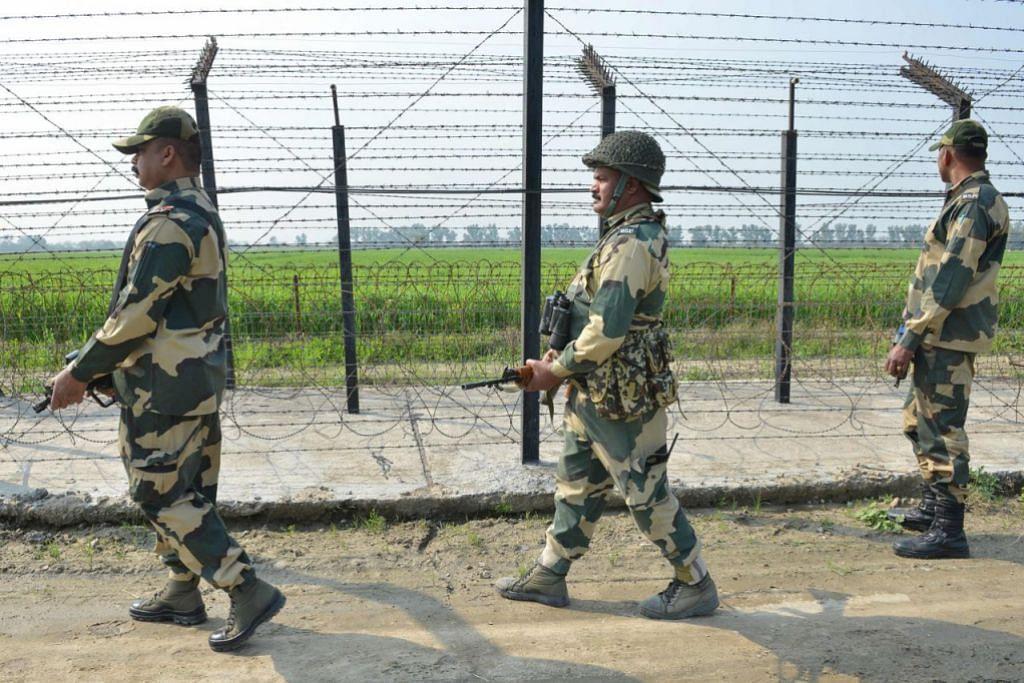 KAWALAN KETENTERAAN: Kakitangan Angkatan Keselamatan Sempadan India di sepanjang sempadan India-Pakistan, pinggir Amritsar. Hubungan India dan Pakistan kian tegang sekali gus melahirkan keprihatinan berlakunya konflik melibatkan senjata nuklear antara kedua-duanya. - Foto AFP