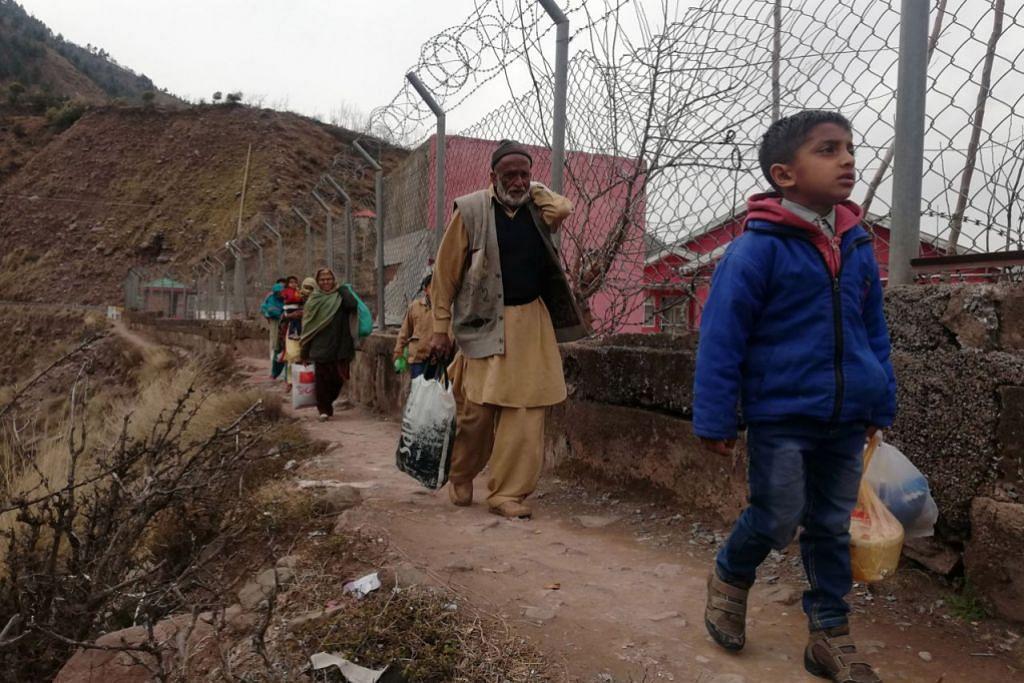 TERPAKSA PINDAH: Penduduk berdekatan Garisan Kawalan (LoC) sempadan de facto antara Pakistan dengan India terpaksa meninggalkan kampung mereka untuk mencari perlindungan daripada kemungkinan tercetusnya perang. - Foto EPA-EFE