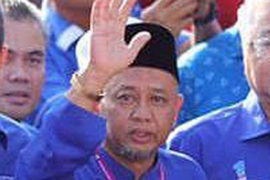 LAMBAIAN KEMENANGAN: Zakaria Hanafi dari BN merampas kerusi Semenyih daripada PH dengan majoriti 1,914 undi. - Foto FACEBOOK ZAKARIA HANAFI