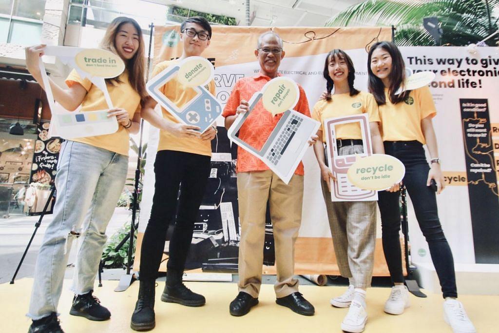 KITAR SAMPAH ELEKTRONIK: Encik Masagos (tengah) bergambar bersama kumpulan pelajar NTU yang mengendalikan projek 'Re-Wired' ini, (dari kiri) Cik Rebecca Tan, Encik Jason Fan, Cik Elyse Yap dan Cik Emma Sim. - Foto RE-WIRED SINGAPORE
