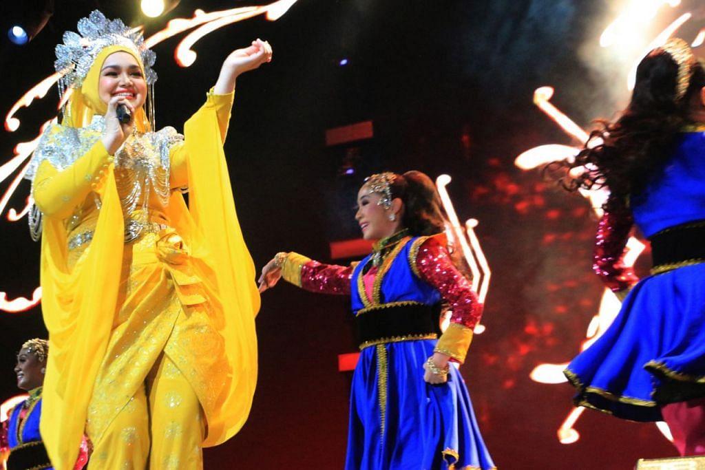 HARGAI SOKONGAN PEMINAT: Selain menyajikan lagu-lagu 'hits'-nya, Siti turut mengucapkan terima kasih kepada peminat yang menyokongnya dari usia 17 tahun dan masih terus ingin melihatnya menyanyi pada usia 40 tahun. - Foto BH oleh UKHTI AMINAH