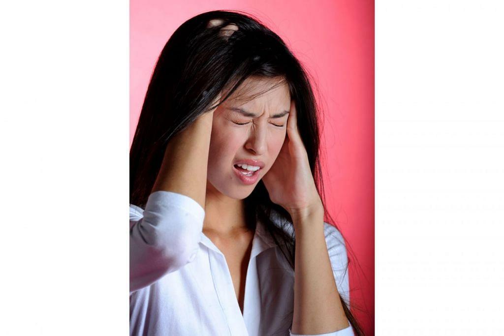 MIGRAIN: Pesakit yang mengalami migrain boleh membantu diri sendiri mengenal pasti dan mengurangkan kekerapan berlakunya serangan sakit kepala dengan merekodkan rutin harian secara terperinci memandangkan terdapat banyak faktor yang boleh menjadi punca masalah tersebut. - Foto fail