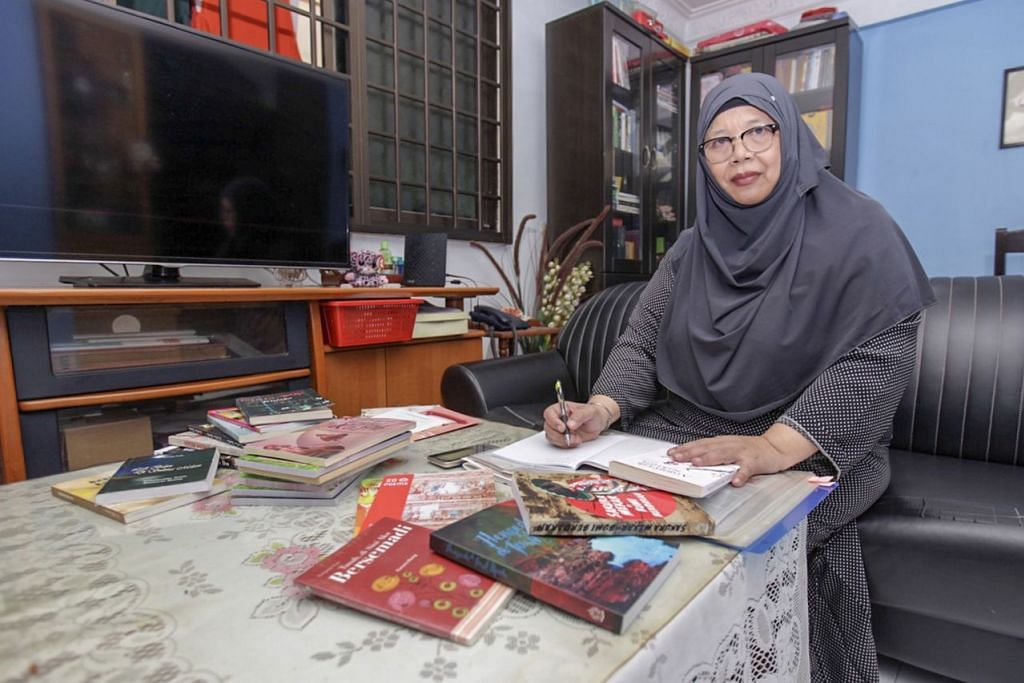 Cik Kamaria Buang yang telah menghasilkan karya puisi mengakui meminati bahasa Melayu sejak masih berada di sekolah rendah. - Foto BH oleh IQBAL FAIZAL