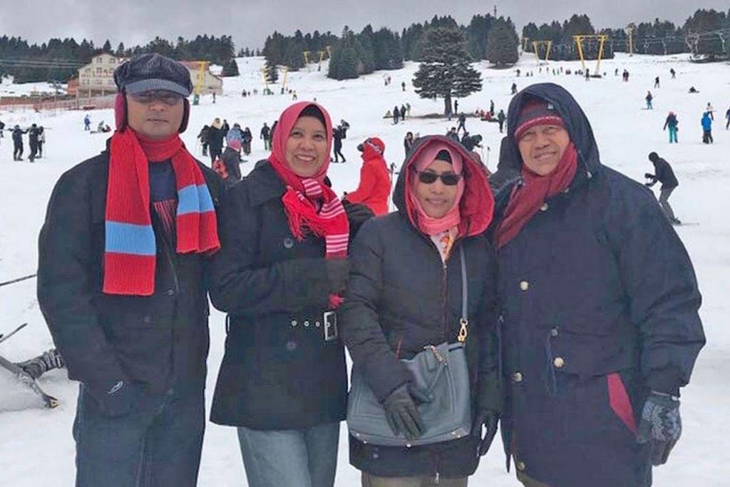 TURUT SERTA: (Dari kiri ke kanan) Suami penulis Encik Ayub Ali, penulis (Sapiah Salleh), bersama kakak iparnya, Cik Sunaidah Ali dan abang ipar penulis, Encik Hairrudin Ali, merupakan mereka yang turut serta. - Foto ihsan SAPIAH SALLEH