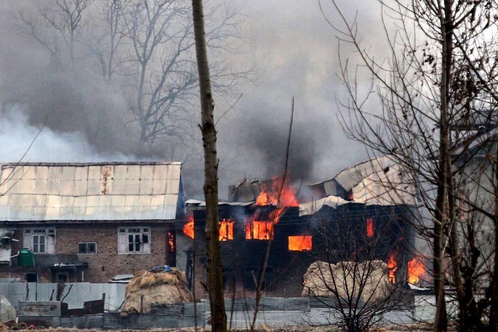 TENTERA TINDAK BALAS: Sebuah rumah tempat militan dipercayai berlindung terbakar selepas pertempuran antara pemberontak dan angkatan keselamatan India di Pulwana, kira-kira 10 kilometer dari tempat pengeboman bunuh diri terbaru itu. - Foto AFP