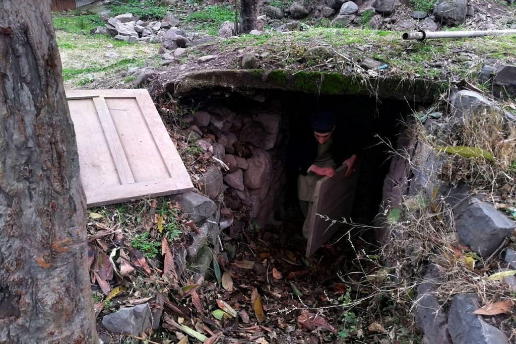 BERSIAP BAGI DARURAT: Penduduk Kashmir menyiapkan kubu perlindungan bawah tanah bagi menghadapi sembarang darurat dekat Garisan Kawalan. - Foto EPA-EFE