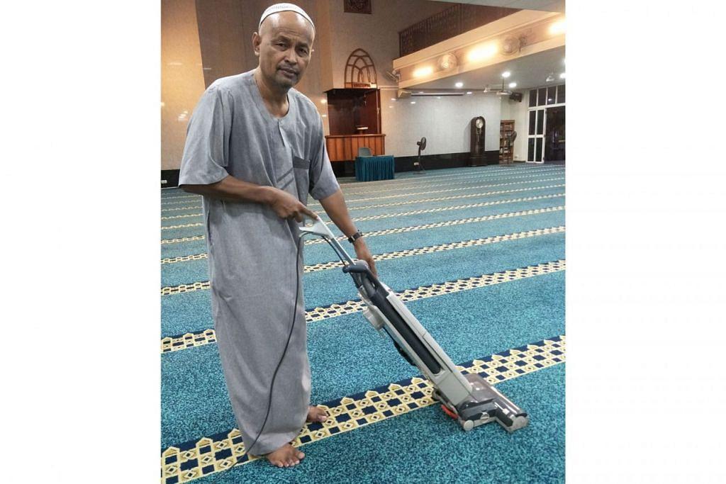 BERI SUMBANGAN IKUT KEMAMPUAN: Encik Mohd Jantan Mis gembira dan berterima kasih kepada masjid kerana membenarkan dan memberinya peluang membantu membersihkan masjid. - Foto SUHAIMI MOHSEN