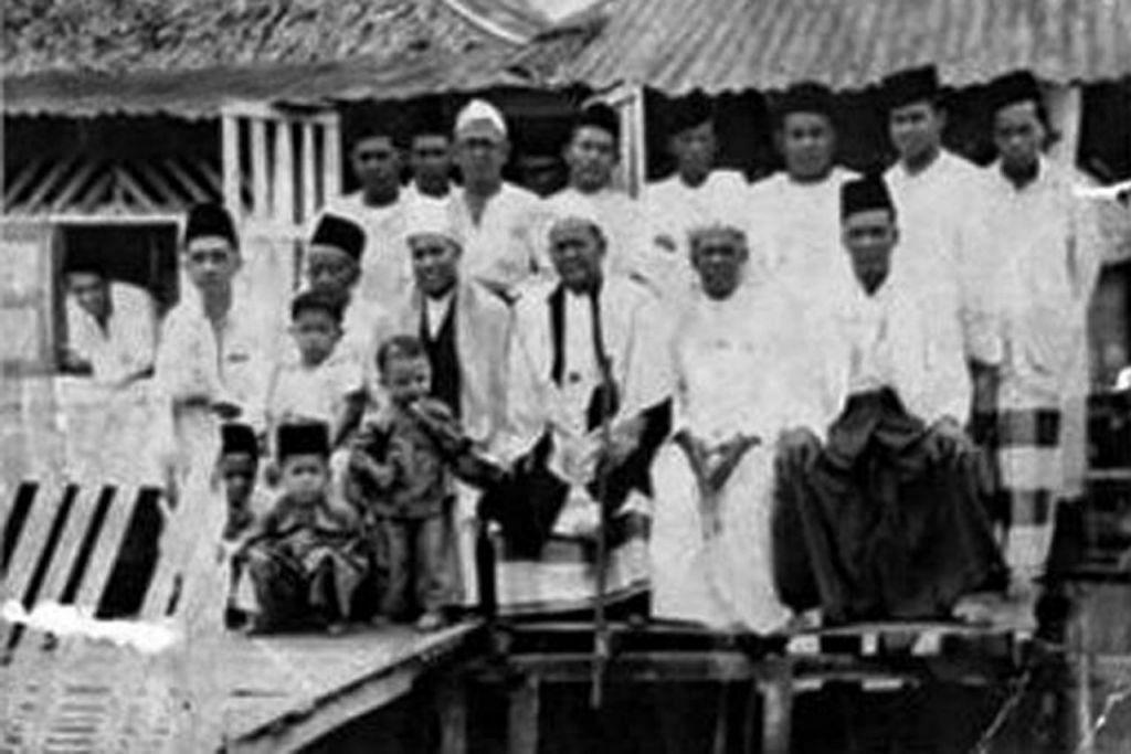 TURUT AKTIF DALAM KEGIATAAN KEAGAMAAN: Jemaah perintis Surau Selat Jati di Kampung Kuchai pada 1946.