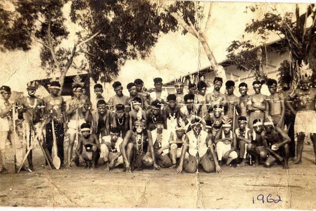 MEMINATI KEGIATAN DI LAUT: Setiap 1 Januari, orang Kampung Kuchai akan mengadakan acara sukan laut dengan memperagakan pakaian bertema. Pada 1962, temanya adalah pakaian orang dayak.