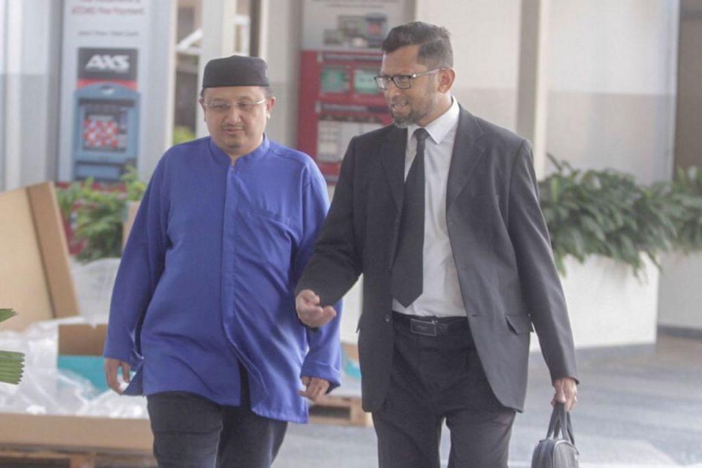 TIBA DI MAHKAMAH: Fahrorazi Sohoi (kiri), yang terlibat dalam kes penipuan 'Haji VIP', dilihat tiba bersama peguamnya, Encik Mohamed Niroze Idroos, di Mahkamah Negara semalam. - Foto BH oleh IQBAL FAIZAL